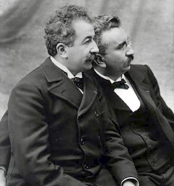 Les frères Auguste Lumière (1862-1954) et Louis Lumière (1864-1948).